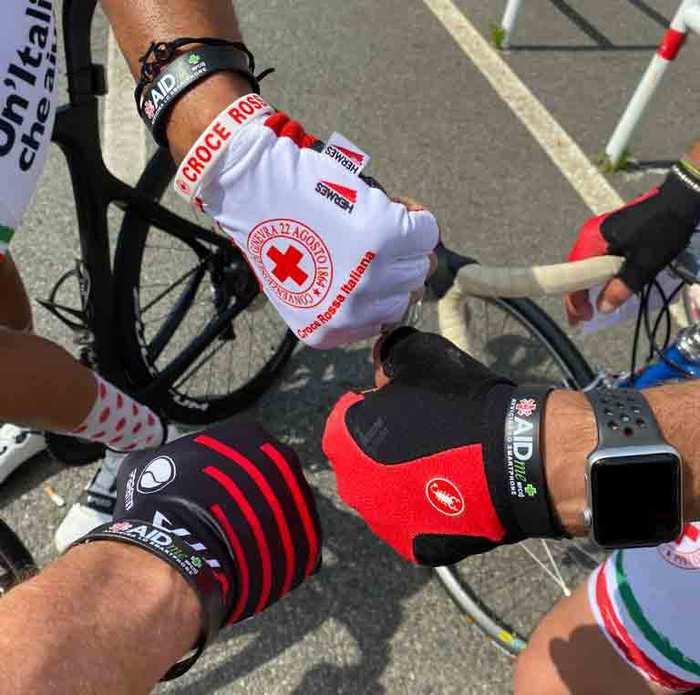 Il bracciale salvavita AIDME in bici con Croce Rossa