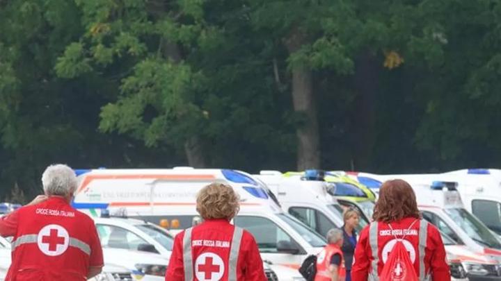 Volontari di Croce Rossa con ambulanze